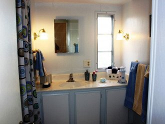 Hall bathroom with shower/bathtub and plenty of cabinet space