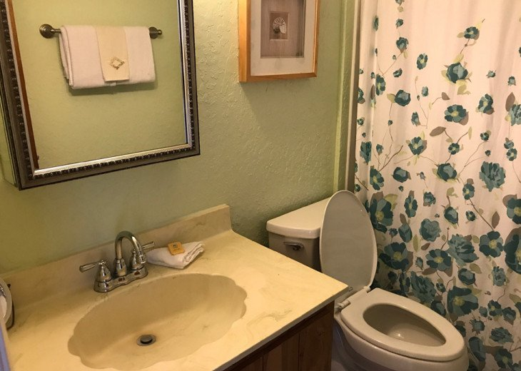 Upstairs full bath w/tub shower combination