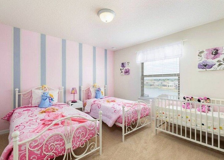 Twin bedroom 2 with crib