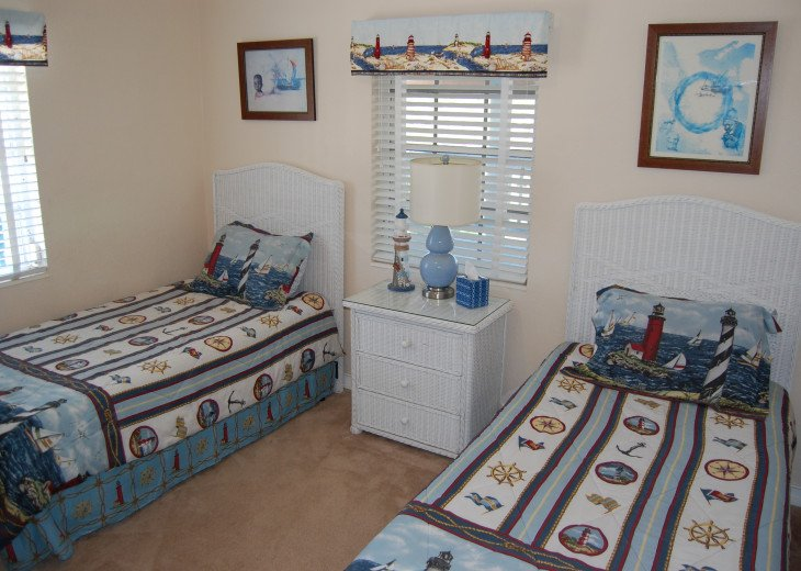 Twin Bedroom with Memory Foam Mattresses: extra blanket and pillows provided