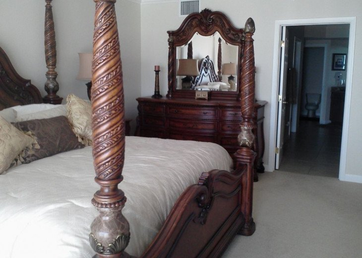 Master bedroom features huge en-suite bath & walk in closet