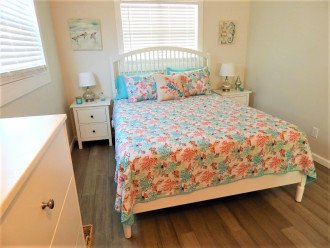 Cottage B- Bedroom with Queen Bed