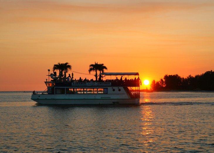 BEAUTIFUL WATERFRONT LUXURY Condo - Boat Dock - Walk to Siesta Key Beach!! #73