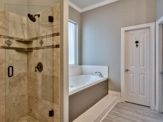 Walk-in shower & jacuzzi tub