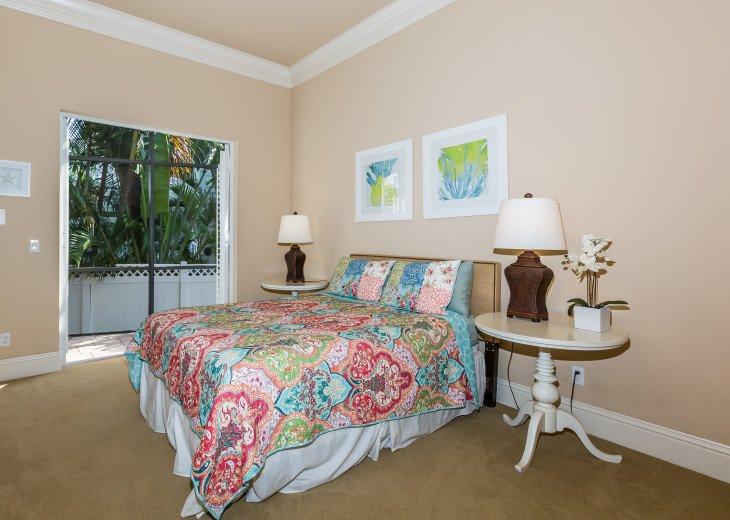 Queen guest bedroom - downstairs