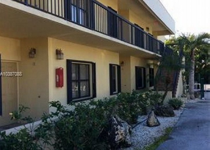 Spacious 2 bedroom 2 bath condo, steps from Lake Park Marina, public boat launch #7