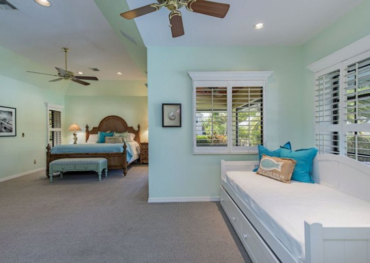 Manatee Cove Beach House ~ Walk to famous 3rd Street shopping and dining ~ #9
