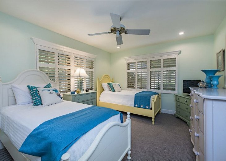 Manatee Cove Beach House ~ Walk to famous 3rd Street shopping and dining ~ #14