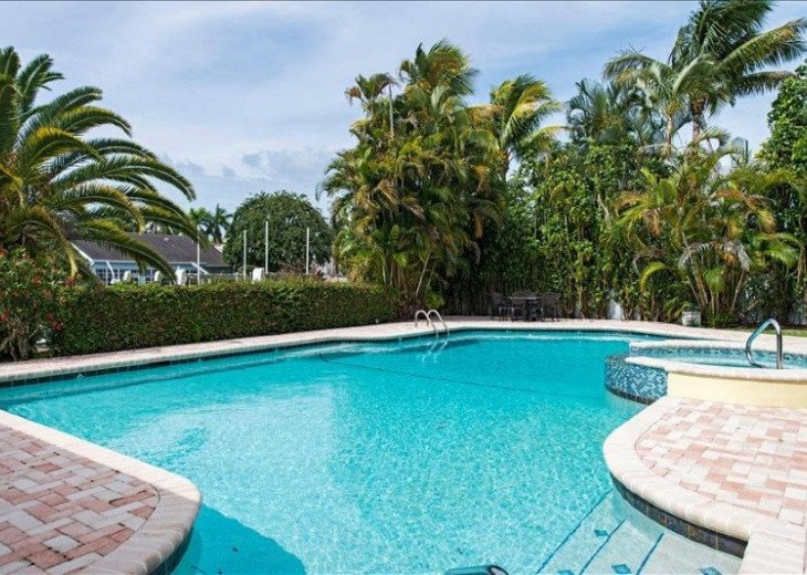 Manatee Cove Beach House ~ Walk to famous 3rd Street shopping and dining ~ #13