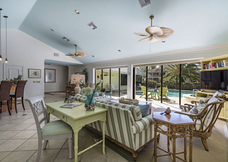 Manatee Cove Beach House ~ Walk to famous 3rd Street shopping and dining ~ #2
