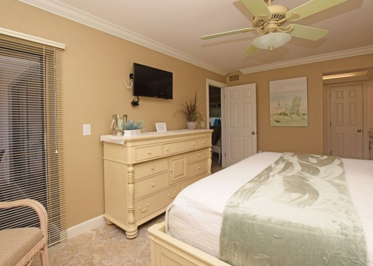 Master Bedroom with private entry to lanai - Paula Deen furniture