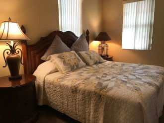 Guest room w/king bed
