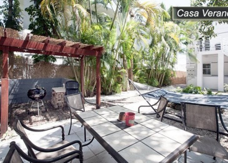 Large Miami Beach Unit with 7 beds/ Sleeps 12/Free Parking/Steps to the Beach! #25