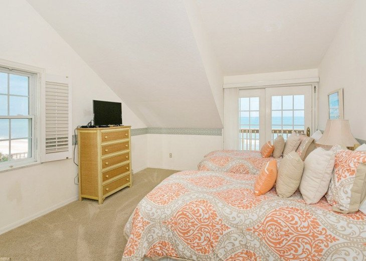 Direct oceanfront beach house. Casual comfort that makes you feel right at home. #19