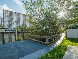 An amazing huge 2 floors, on overlooking intercoastal canal, 5 min walk to beach #1