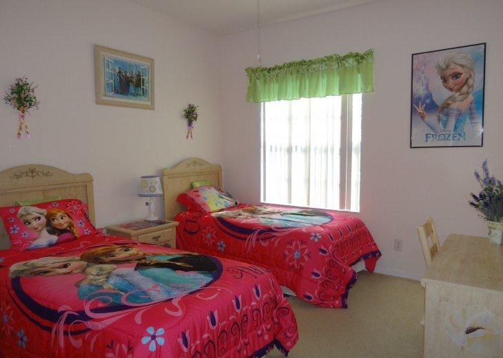 Kid's bedroom 1 Frozen or Tinkerbell conforter
