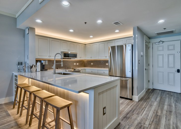 LED under/over lighting in the eat-in kitchen