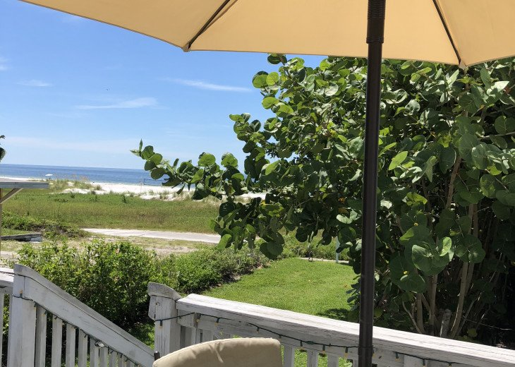 Overlooking Beach and one block to Siesta Village - Starfish unit #2