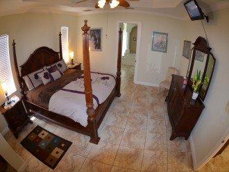 Large MASTER BEDROOM , King size bed, LCD-TV & speaker FM-system