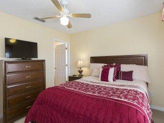 2nd bedroom with en-suite, queen bed, TV/DVD, ceiling fan, closet