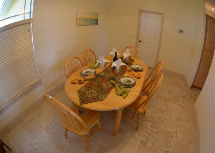 DINING ROOM w. TABLE & CHAIRS .