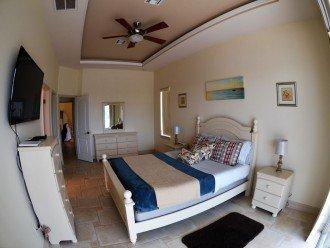 MASTER SUITE # 2 W. 1 QUEEN Size Bed , 45 Inch LCD-TV, DOOR TO POOL DE TO