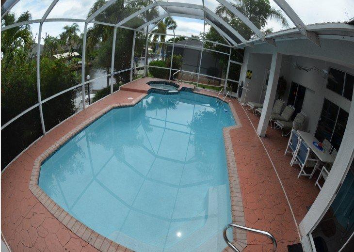 Heated Pool & Spa, roofed patio w. table & Chairs + Pool Bathroom