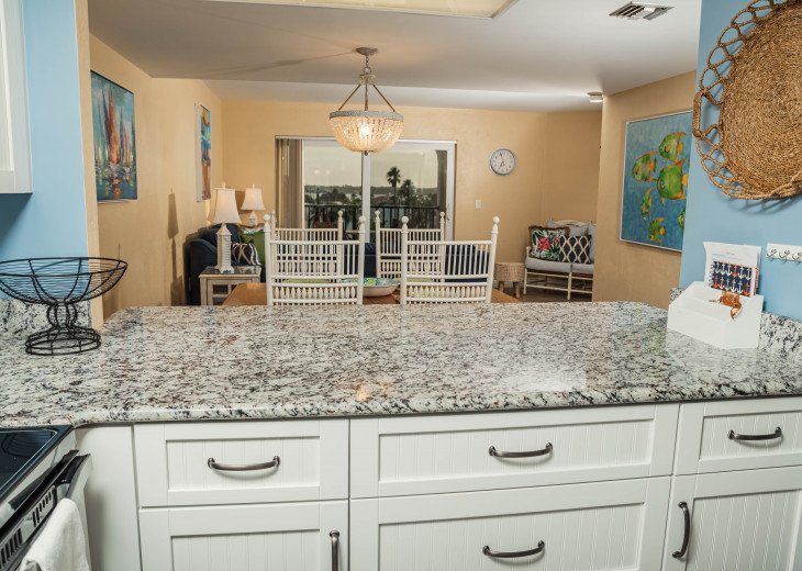 WALK TO THE BEACH - Remodeled 2/2 Condo, Pool, Fitness Room, LOW RATES #6