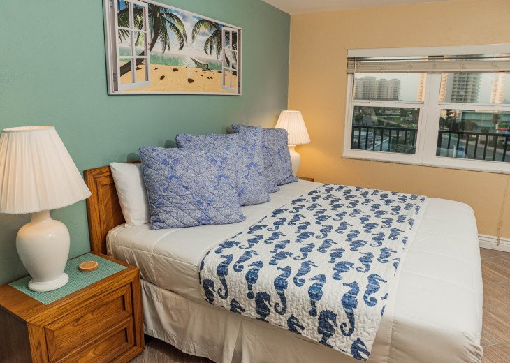 WALK TO THE BEACH - Remodeled 2/2 Condo, Pool, Fitness Room, LOW RATES #30