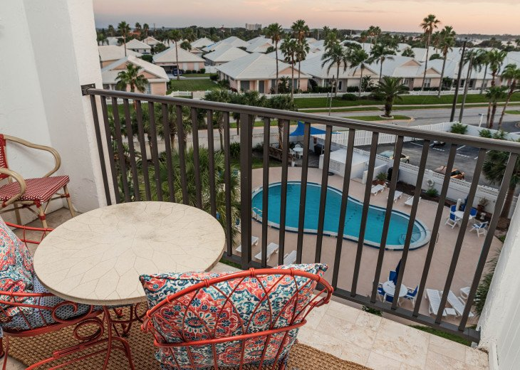 WALK TO THE BEACH - Remodeled 2/2 Condo, Pool, Fitness Room, LOW RATES #28