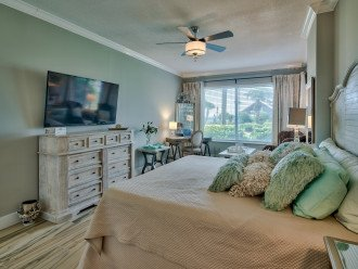 Master King bedroom with en suite bath and sitting area