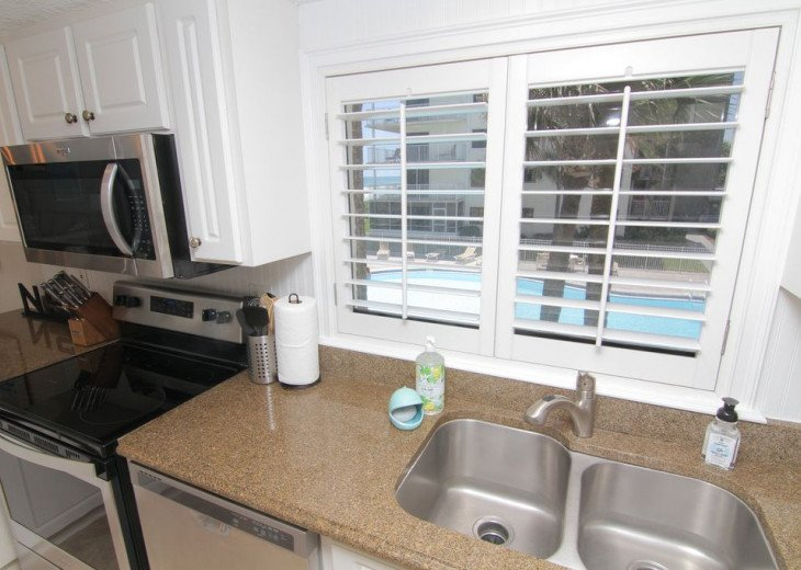 Palm and Sea Vista, Updated 2/2, Beach and Pool Views from Corner Balcony #15