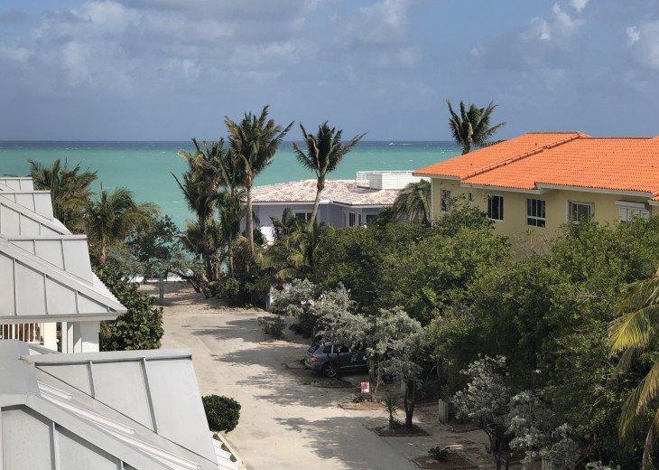 Quiet neighborhood, near action, gorgeous beach 100 steps from your front door!