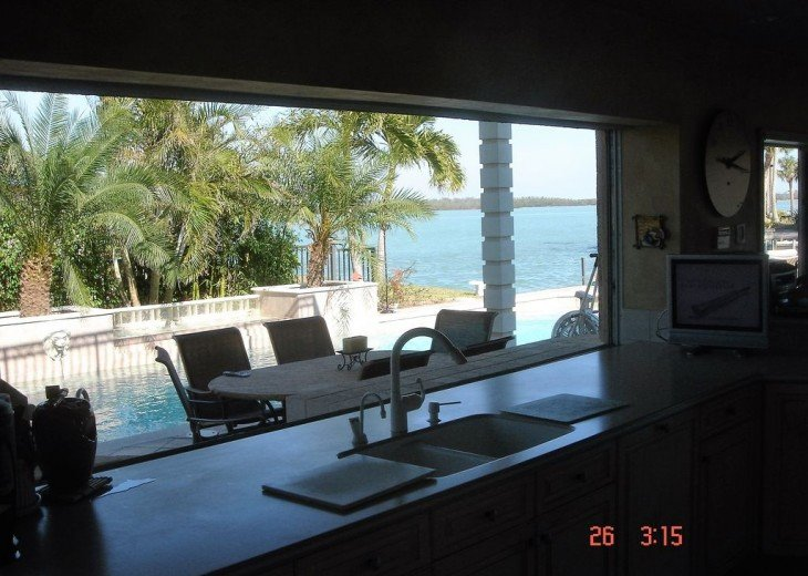 Marco Island Riverfront Oversized POOL, outdoor BBQ area & FISHING DOCK #10