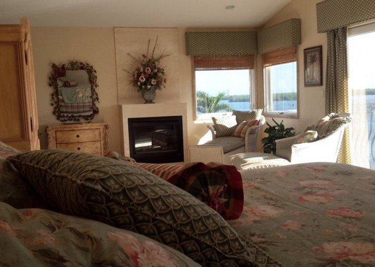Marco Island Riverfront Oversized POOL, outdoor BBQ area & FISHING DOCK #8