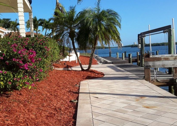Marco Island Riverfront Oversized POOL, outdoor BBQ area & FISHING DOCK #12