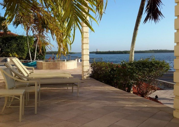 Marco Island Riverfront Oversized POOL, outdoor BBQ area & FISHING DOCK #17