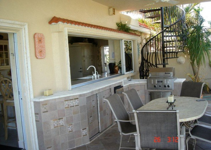 Marco Island Riverfront Oversized POOL, outdoor BBQ area & FISHING DOCK #15