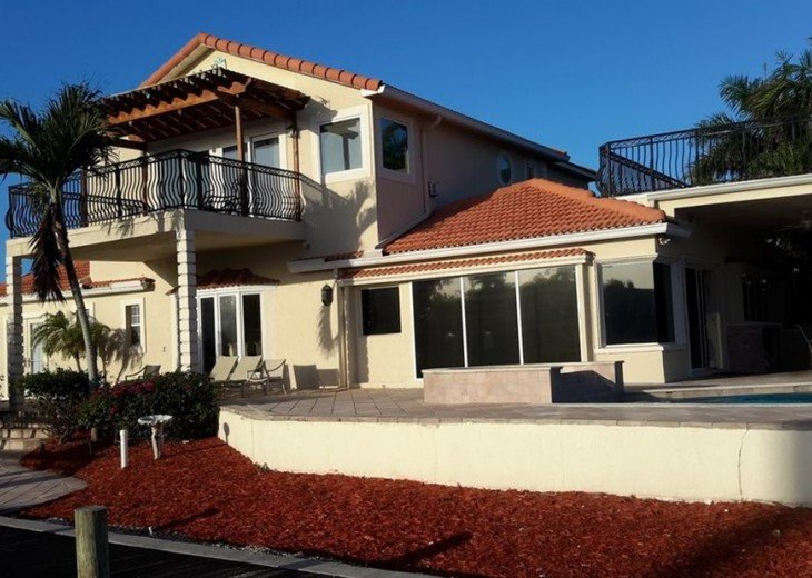 Marco Island Riverfront Oversized POOL, outdoor BBQ area & FISHING DOCK #11
