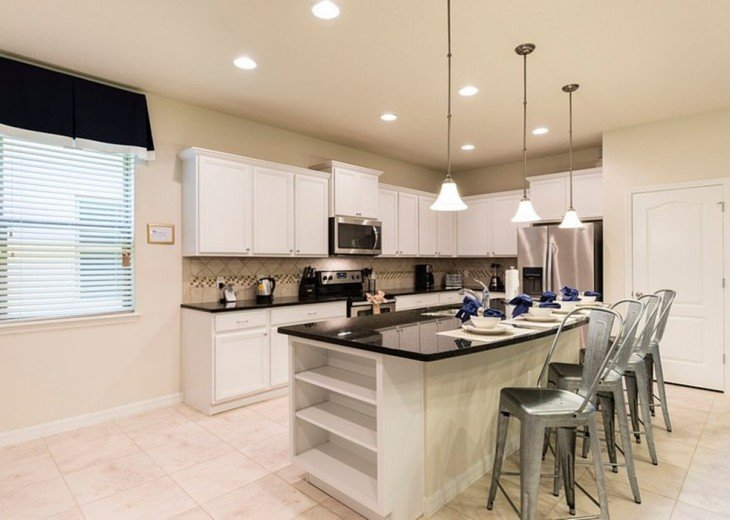 The fully equipped Kitchen with 4 bar chairs