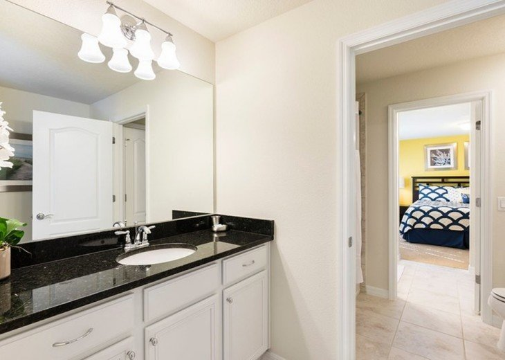 Second floor King room en-suite bathroom